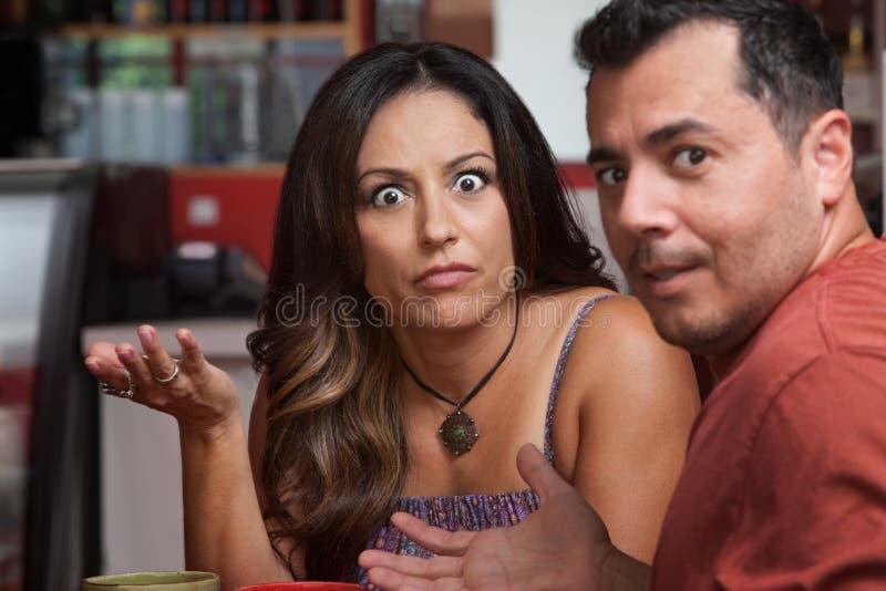 Couples contrariés en café photo libre de droits