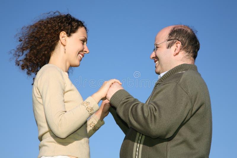 Couples contre le ciel image stock