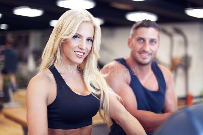 Couples convenables à la gymnastique photographie stock libre de droits