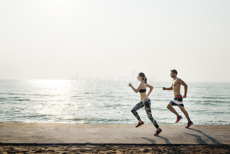 Couples courant dehors le concept de plage image libre de droits