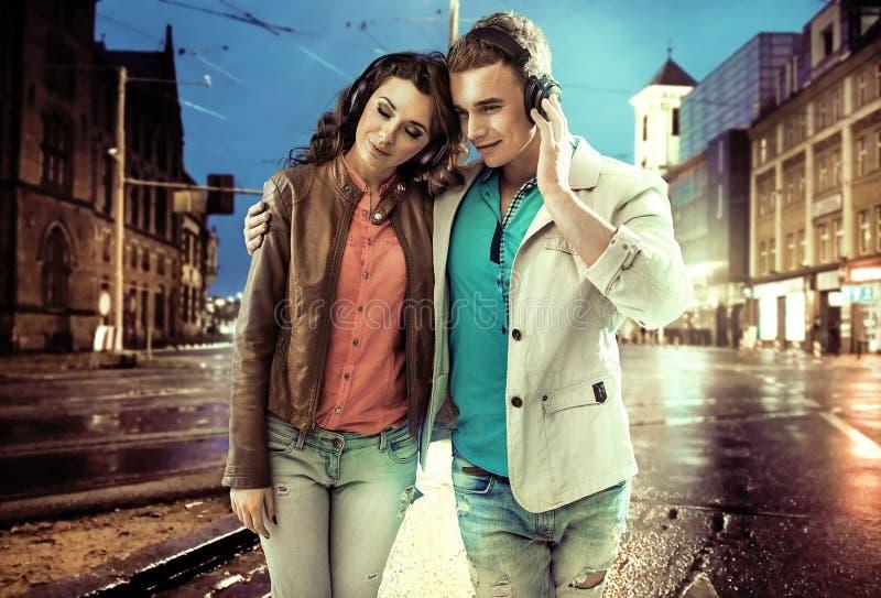 Couples décontractés marchant à travers le centre ville photo stock