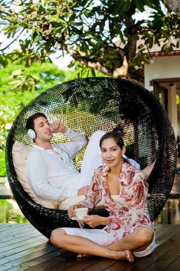 Couples détendant à l'extérieur image stock