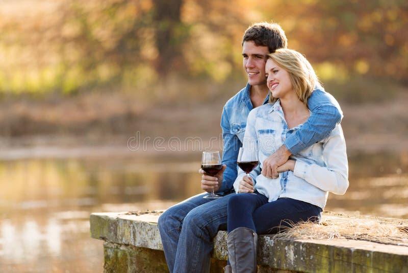 Couples détendant à l'extérieur images libres de droits