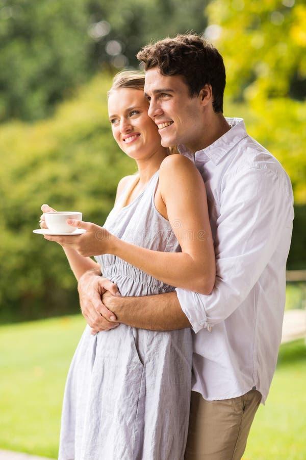Couples détendant à l'extérieur photo stock