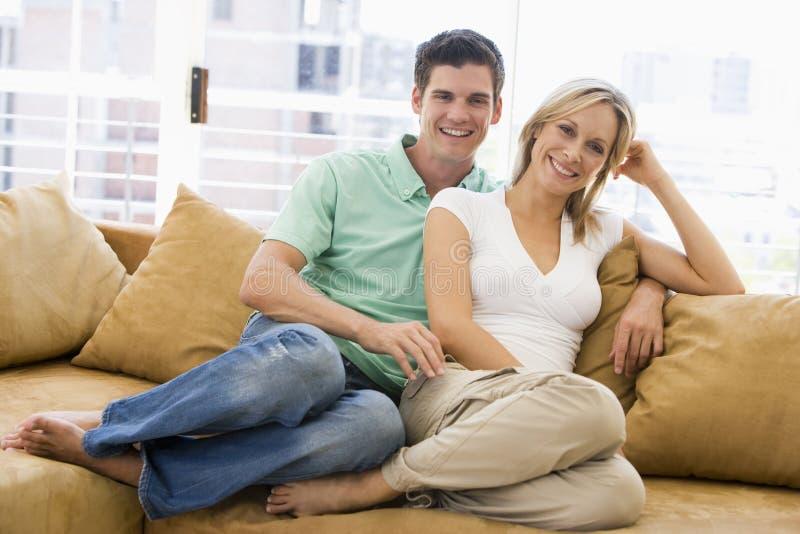 Couples détendant à la maison images libres de droits