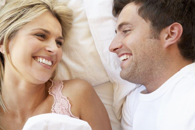 Couples détendant dans le bâti photo stock