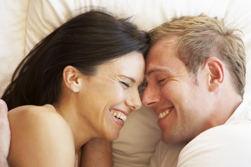 Couples détendant dans le bâti image stock