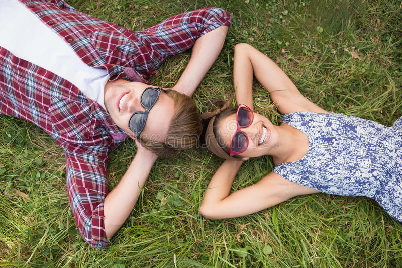 Couples détendant en parc photos libres de droits