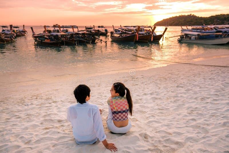 Couples détendant le beau coucher du soleil sur Koh Lipe Beach Thailand, vacances d'été images stock