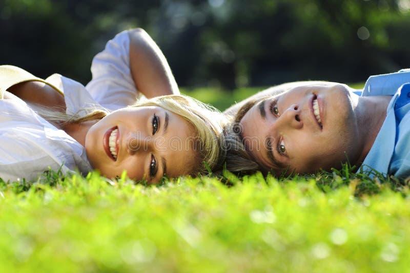 Couples d'été en stationnement photographie stock