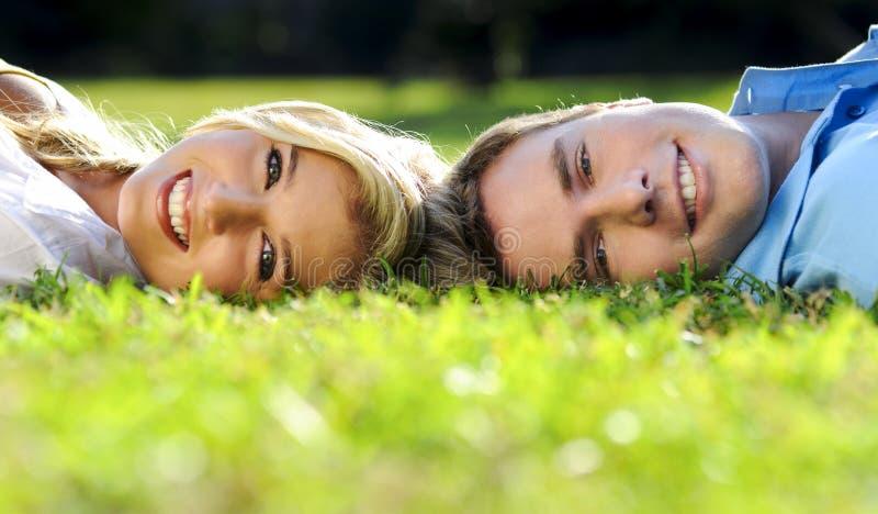 Couples d'été en stationnement photos stock