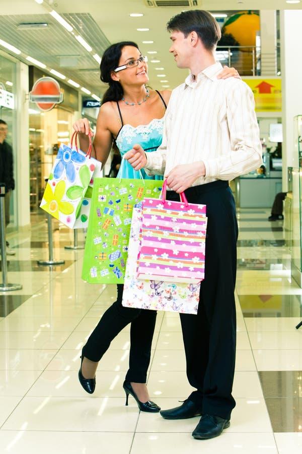 Couples d'achats photos stock