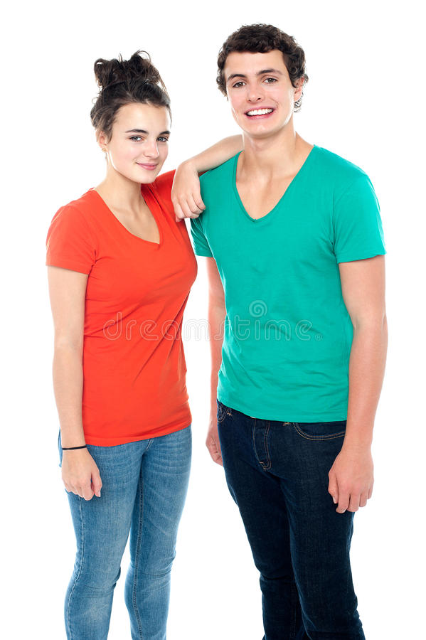 Couples d'adolescent adorables dans les casuals photos stock