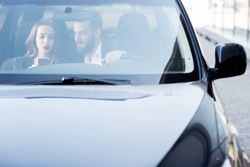 Couples d'affaires dans la voiture photos libres de droits
