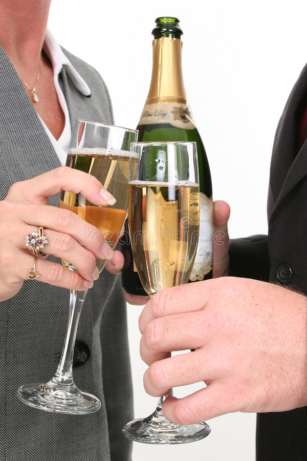 Couples d'affaires de plan rapproché pleuvant à torrents Champagne photos stock