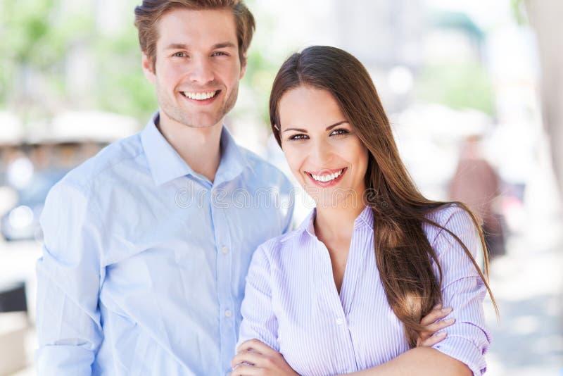 Couples d'affaires dehors photo stock