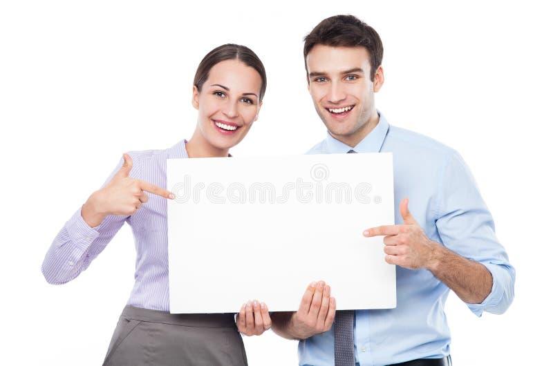 Couples d'affaires tenant une plaquette photos stock