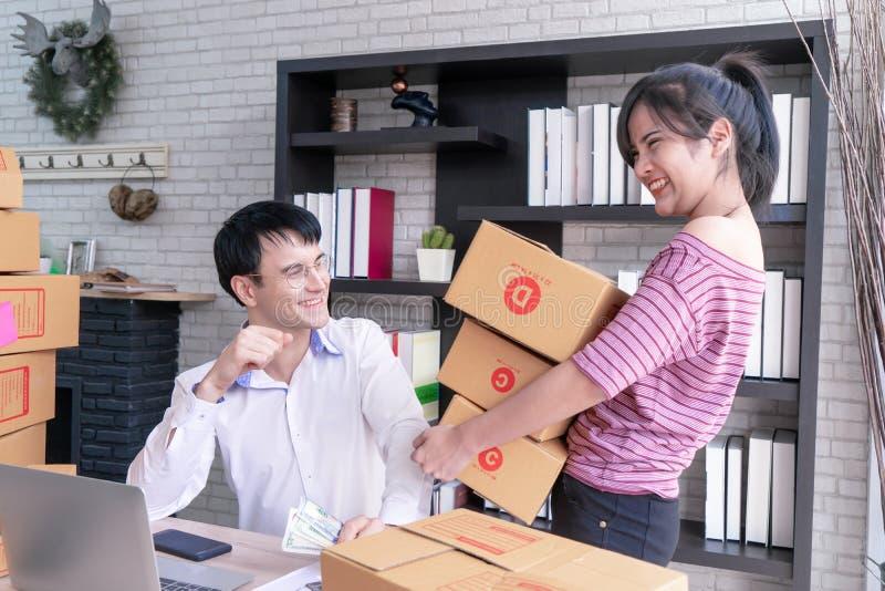 Couples d'affaires vérifiant des actions dans leurs affaires à la maison en ligne photographie stock libre de droits