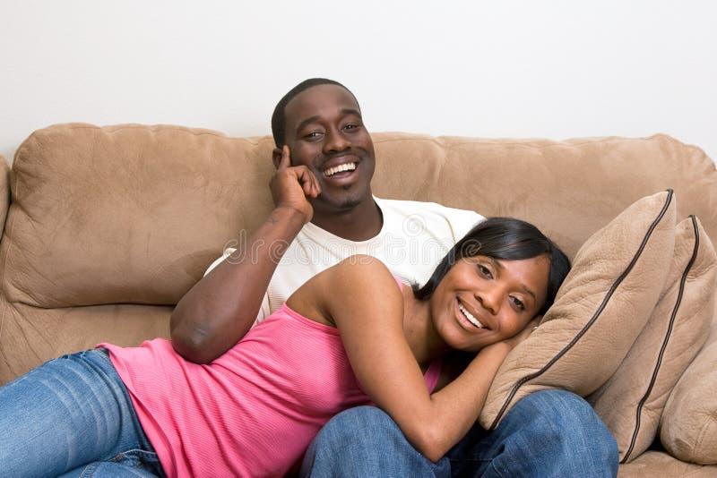 Couples d'Afro-américain dans leur salle de séjour photos stock