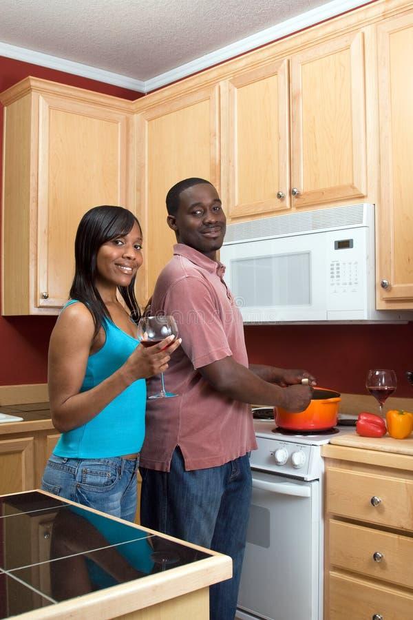 Couples d'Afro-américain faisant cuire - verticale images libres de droits