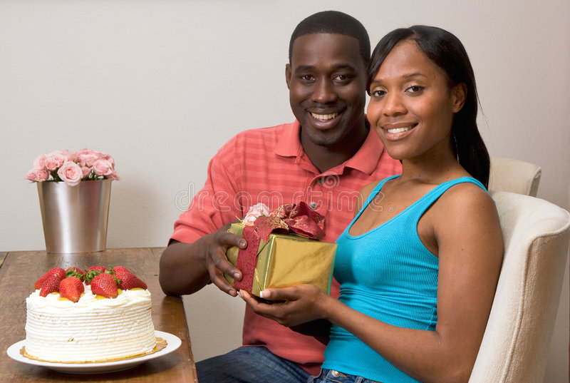 Couples d'Afro-américain permutant des cadeaux photos libres de droits
