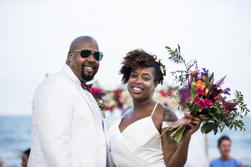 Couples d'afro-américain se mariant à la plage photo libre de droits