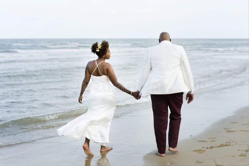 Couples d'afro-américain se mariant à une île photos libres de droits