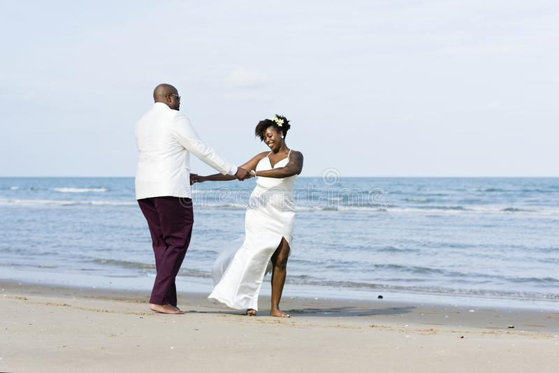 Couples d'afro-américain se mariant à une île photographie stock libre de droits