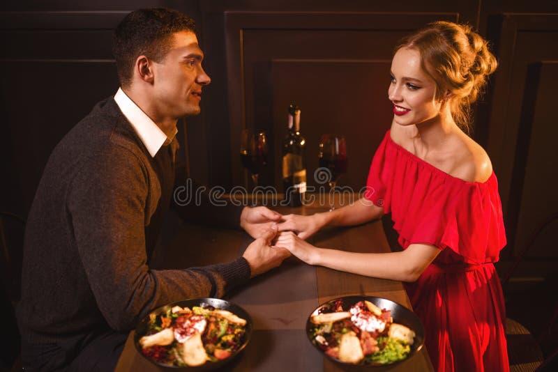Couples d'amour dans le restaurant, soirée romantique photographie stock