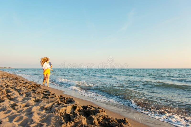 Couples d'amour marchant sur la plage de sable photographie stock