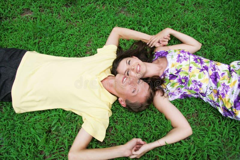 Couples d'amour se trouvant ensemble sur l'herbe image libre de droits