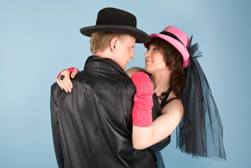 Couples d'amour sur le fond bleu photographie stock libre de droits