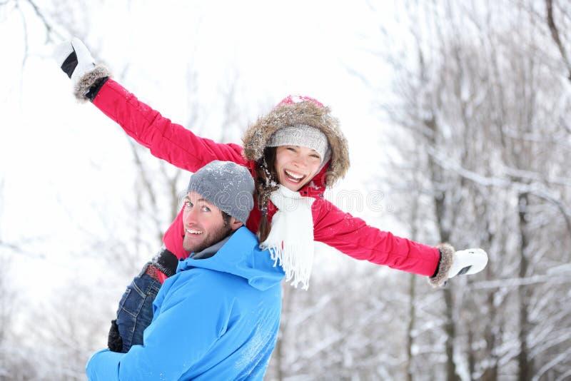 Couples d'amusement de l'hiver photo stock
