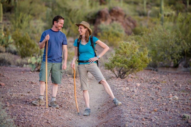 Couples d'amusement sur l'itinéraire aménagé pour amateurs de la nature photo libre de droits