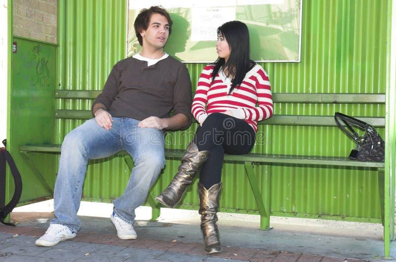 Couples d'arrêt de bus images libres de droits