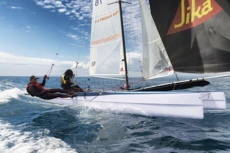couples d'athlète sur le bateau à voile pendant la régate de catamaran de ressortissant de la formule 18 photo libre de droits