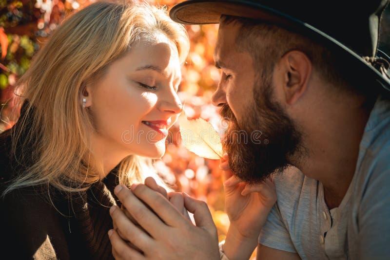 Couples d'automne dans l'amour Concept de la famille heureux Jolie femme et homme barbu heureux voyageant ensemble photos libres de droits