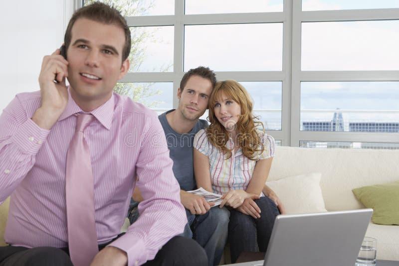 Couples d'On Call By d'agent de Real Estate dans la nouvelle maison images libres de droits