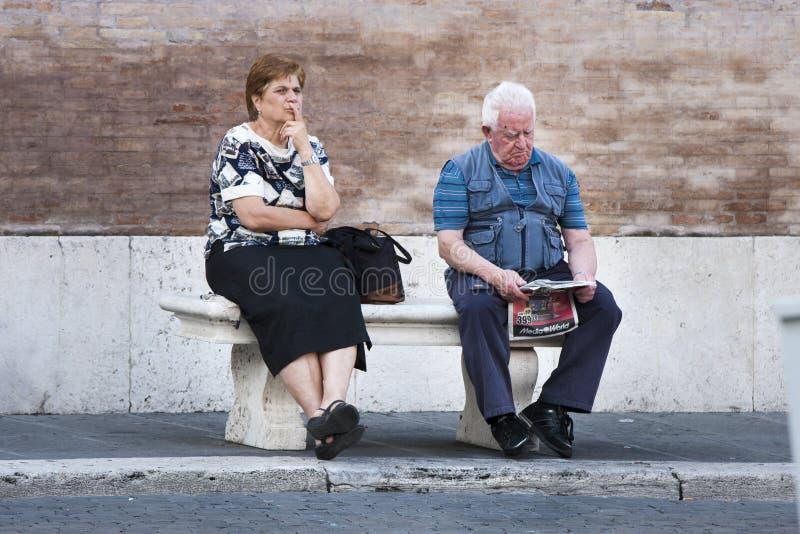 Couples d'Ederly se reposant sur un banc photo libre de droits