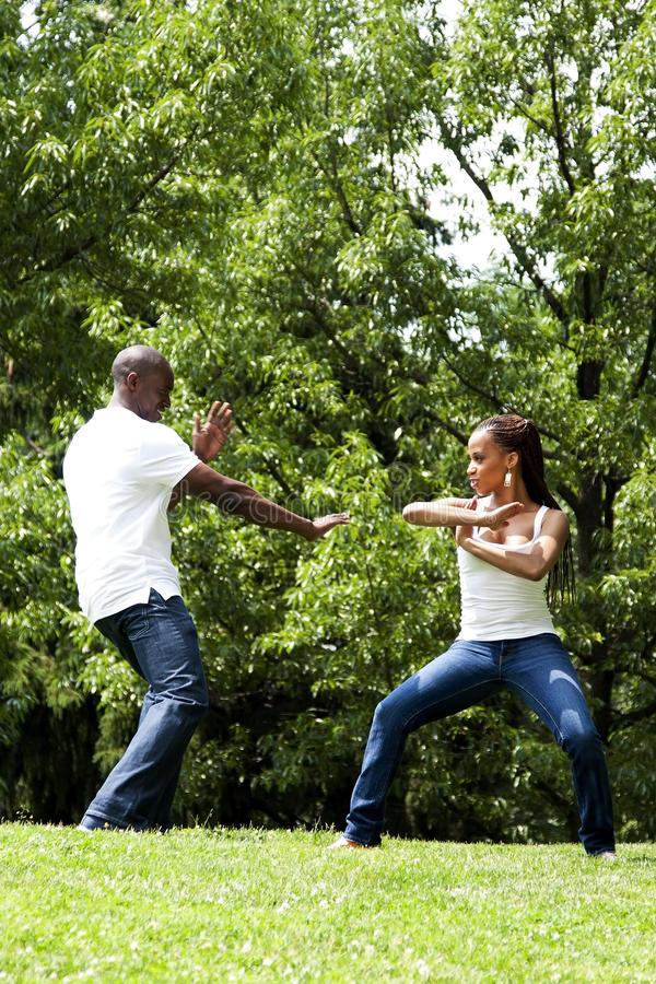 Couples d'exercice d'arts martiaux photographie stock