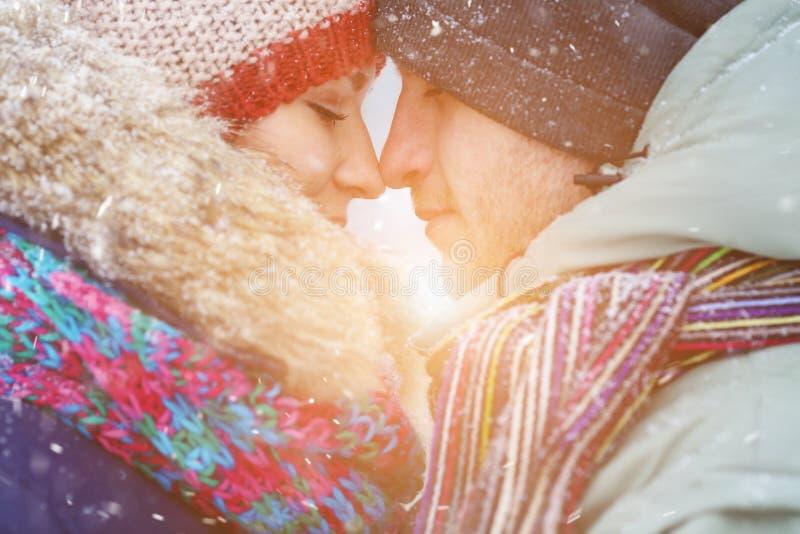 Couples d'hiver Couples heureux ayant l'amusement à l'extérieur neige Vacances de l'hiver extérieur photographie stock