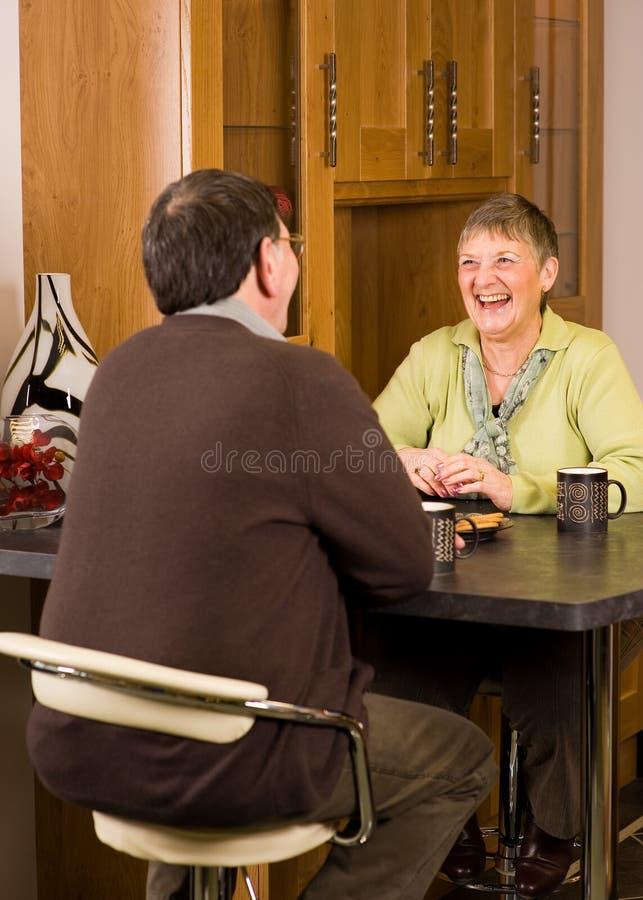 Couples d'homme aîné et de femme dans la cuisine photo stock
