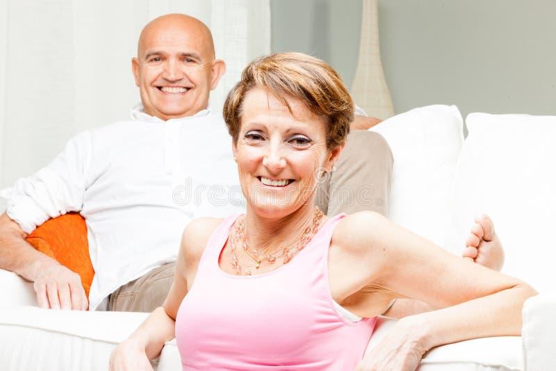 Couples d'une cinquantaine d'années sûrs heureux attrayants photographie stock libre de droits