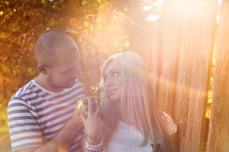 Couples dans étreindre d'amour images stock