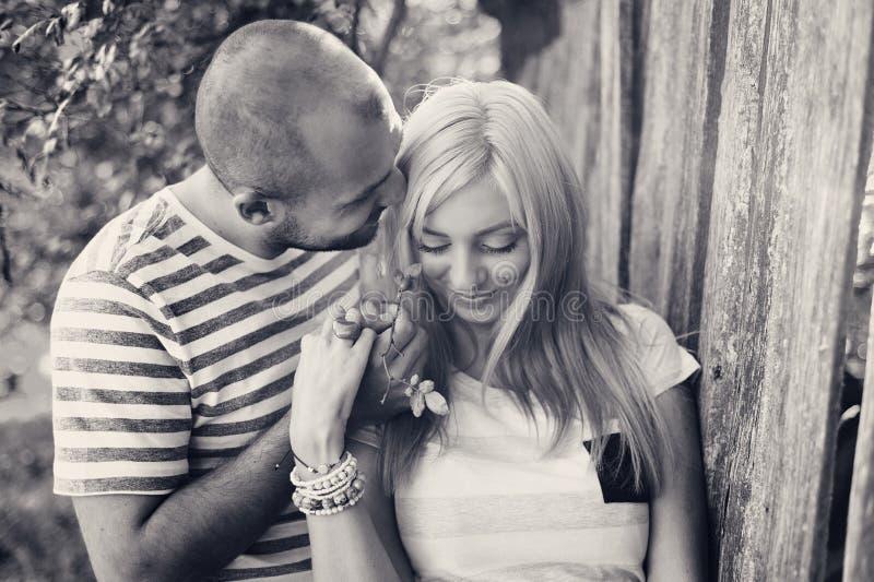Couples dans étreindre d'amour photographie stock