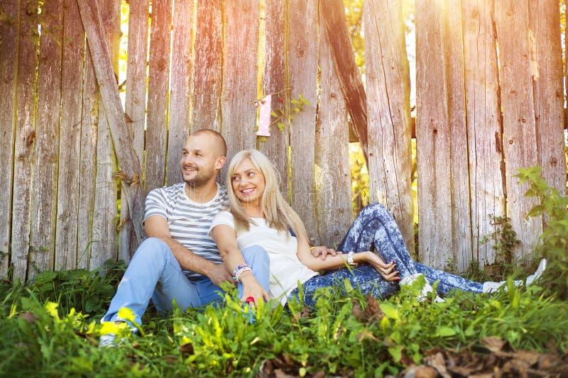 Couples dans étreindre d'amour photo libre de droits