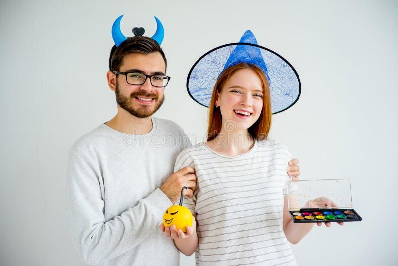 Couples dans des costumes de Halloween images libres de droits