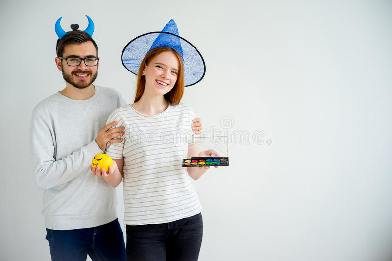 Couples dans des costumes de Halloween photos stock