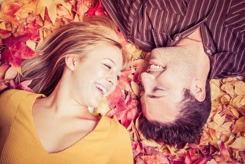 Couples dans des feuilles photos libres de droits