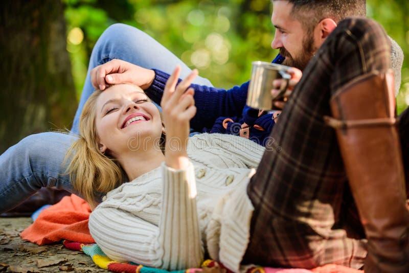 Couples dans des touristes d'amour détendant sur la couverture de pique-nique Pique-nique de week-end de vacances campant et augm image libre de droits